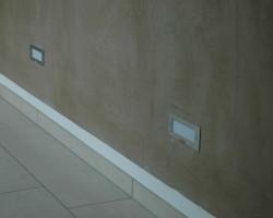 Lehmfarbe mit der Venezianerkelle poliert