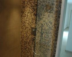 Barierefreies Bad mit Duschrinne, verlegt mit Jasba Mosaik in Lage