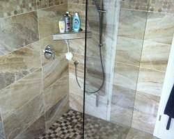 Begehbare Dusche mit gefliester Ablage
