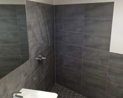 Barrierefreie Dusche mit Feinsteinzeugfliese verlegt, Spiegel eingefliest